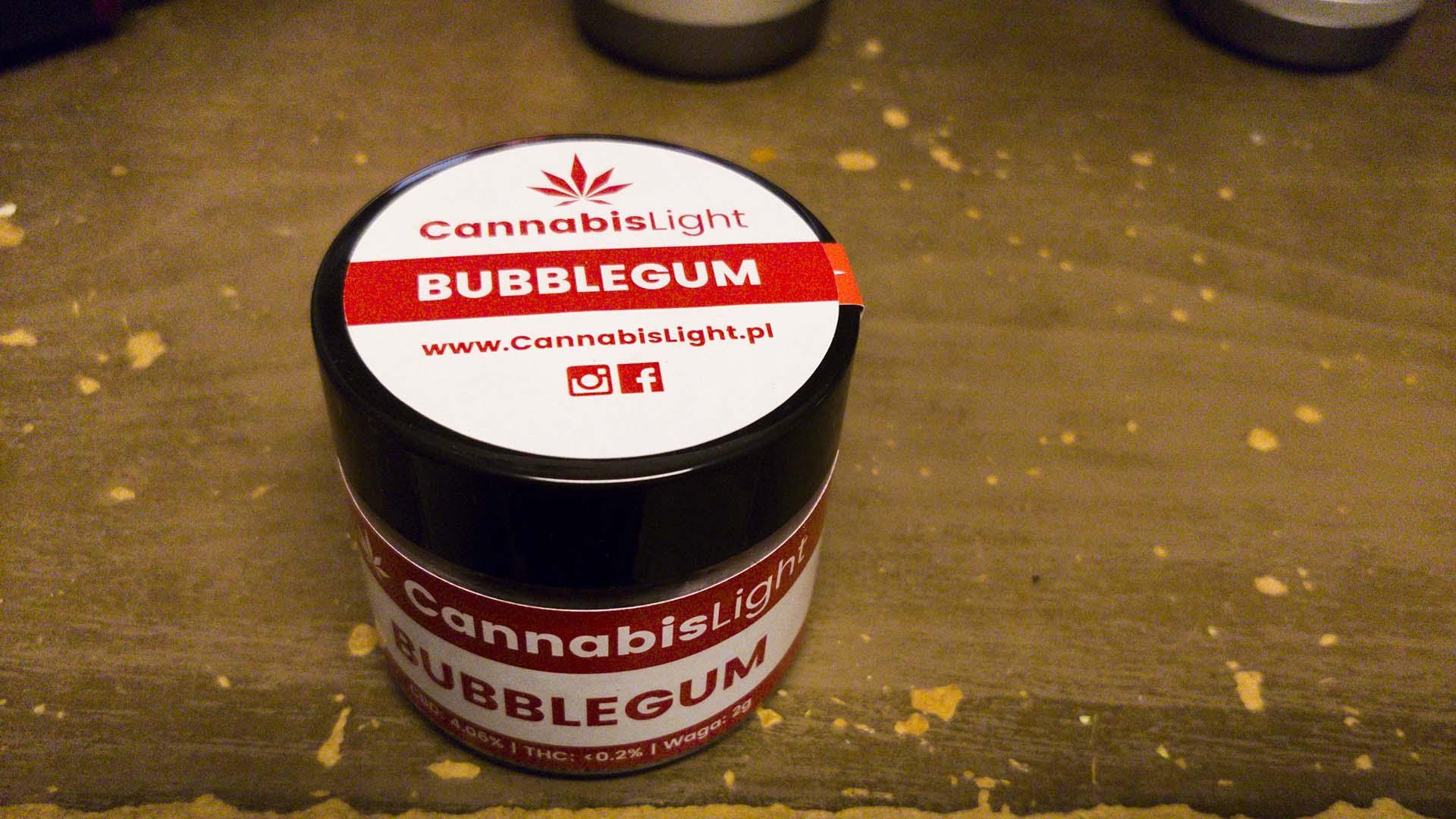 Mały słoik z czerowno-białą etykietą, napis Bubblegum